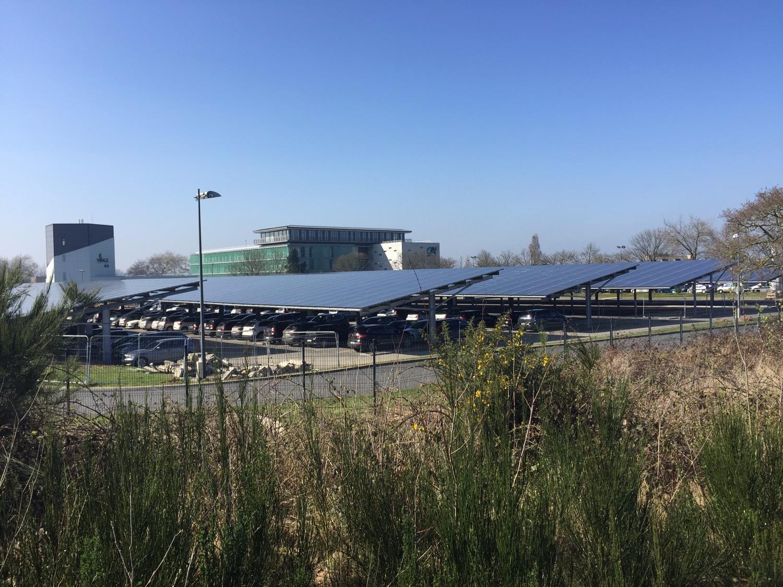 Installation photovoltaïque en autoconsommation sur ombrières de parking au Crédit Agricole de Ploufragan (22)